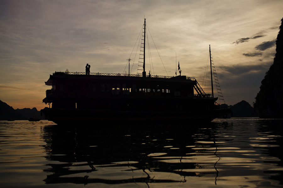 ha long bay junk boat engagement